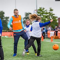 """Nederland,Leeuwarden, 28 mei 2014.<br /> Oranje-fandag georganiseerd door ING bij voetbalvereniging Blauw Wit"""" 34 Leeuwarden.<br /> Op de foto: Casper Cillessen in actie tijdens damesvoetbal.<br /> <br /> Foto: Jean-Pierre Jans"""