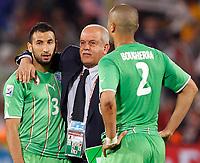 Fotball<br /> VM 2010<br /> USA v Algerie<br /> 23.06.2010<br /> Foto: Gepa/Digitalsport<br /> NORWAY ONLY<br /> <br /> Bild zeigt die Enttaeuschung von Nadir Belhadj, Teamchef Rabah Saadane und Madjid Bougherra (ALG).