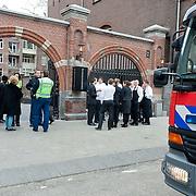 Vandaag omstreeks 16.00 uur werd alarm geslagen in het Conservatorium Hotel aan de Van Baerlestraat te Amsterdam. In het beneden liggende zwembad kwam een sterke zwavellucht vrij..De leiding van het hotel heeft alle gasten en al het personeel geevacueerd. De brandweer onderzocht met persdrukmaskers het zwembad. Over de oorzaak is nog niets bekend.