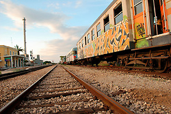 Le Ferrovie del Sud Est nascono in Puglia, nell'ottobre del 1931. A questà nuova società veniva dato in concessione l'insieme delle reti ferroviarie precedentemente gestite da diversi organismi (Società per le Ferrovie Salentine, Società per le Ferrovie Sussidiate, Ferrovie dello Stato)..Le aree pugliesi attraversate dalla società ferroviaria sono l'area barese, la fascia Taranto-Brindisi e l'area leccese-salentina, collegando fra loro i capoluoghi di Bari, Taranto e Lecce, nonché oltre 130 comuni delle province meridionali..Il reportage fotografico sulle Ferrovie Sud Est intende testimoniare l'evoluzione tecnologica che, durante gli anni, ha modificato e migliorato il servizio ferroviario e la convivenza del progresso con tracce del passato, attraverso un viaggio tra le stazioni e i depositi..La stazione di Mungivacca.