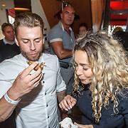 NLD/Amsterdam/20150604 - Boekpresentatie advocaat Mark Teurlings, Fajah Lourens en partner Gijs Scheeringa genieten van oesters