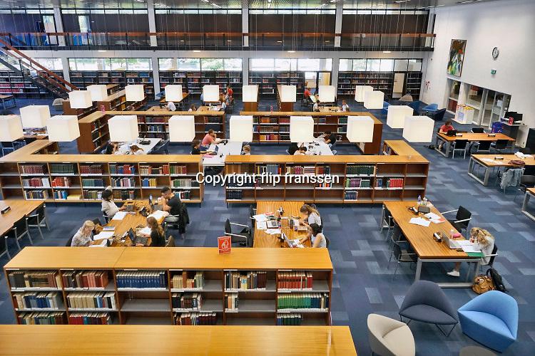 Nederland, Nijmegen, 28-6-2019 Studenten in de bibliotheken van de Radboud Universiteit. Hier in de leeszaal, studiezaal, van de universiteitsbibliotheek. ub .  Foto: Flip Franssen