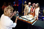 Viering van 25 jaar Circustheater als musicaltheater in Scheveningen.<br /> <br /> op de foto:  Mariska van Kolck neemt een foto van Pia Douwes en Henk Poort