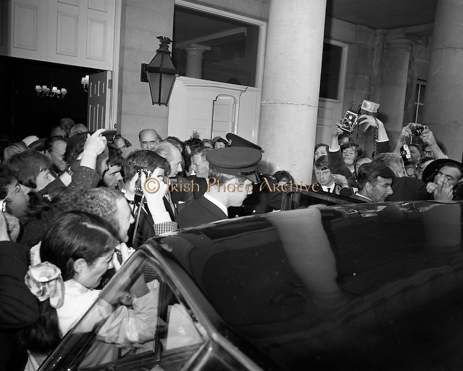 19/06/1969<br /> 06/19/1969<br /> 19 June 1969<br /> General Charles de Gaulle leaves Dublin Castle for Dublin Airport at the end of his Irish holiday, after having had lunch with Taoiseach Jack Lynch. The General and Taoiseach nearly hidden in the crowd of photographers and journalists outside the castle.