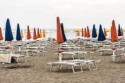 THEMENBILD - geschlossene Sonnenschirme und Liegen am Strand. Lignano Sabbiadoro ist ein beliebter Badeort an der italienischen Adria-Küste, aufgenommen am 15. Juni 2019, Lignano Sabbiadoro, Italien // closed sunshades and sunbeds on the beach. Lignano Sabbiadoro is a popular seaside resort on the Italian Adriatic coast on 2019/06/15, Lignano Sabbiadoro, Italy. EXPA Pictures © 2019, PhotoCredit: EXPA/ Stefanie Oberhauser