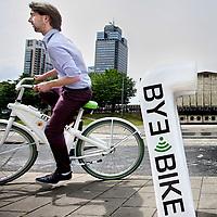 Nederland, Amsterdam , 17 juni 2014.<br /> Sid van Wijk, student aan de HvA, , demonstreert zijn Bye Bike bij een oplaadpunt.<br /> Foto:Jean-Pierre Jans