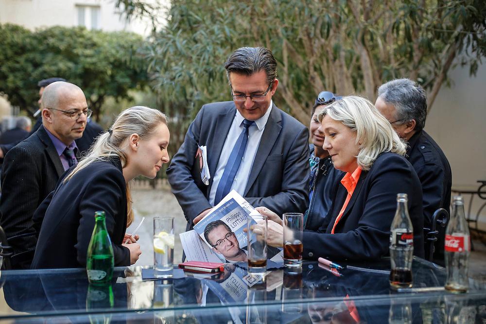Marine Le Pen est présente dans le vaucluse au coté de Marion Maréchal Le Pen pour soutenir Philippe Lottiaux (C) , candidats RBM pour les municipales 2014 a Avignon , moment de détente avant le meeting de Sorgues