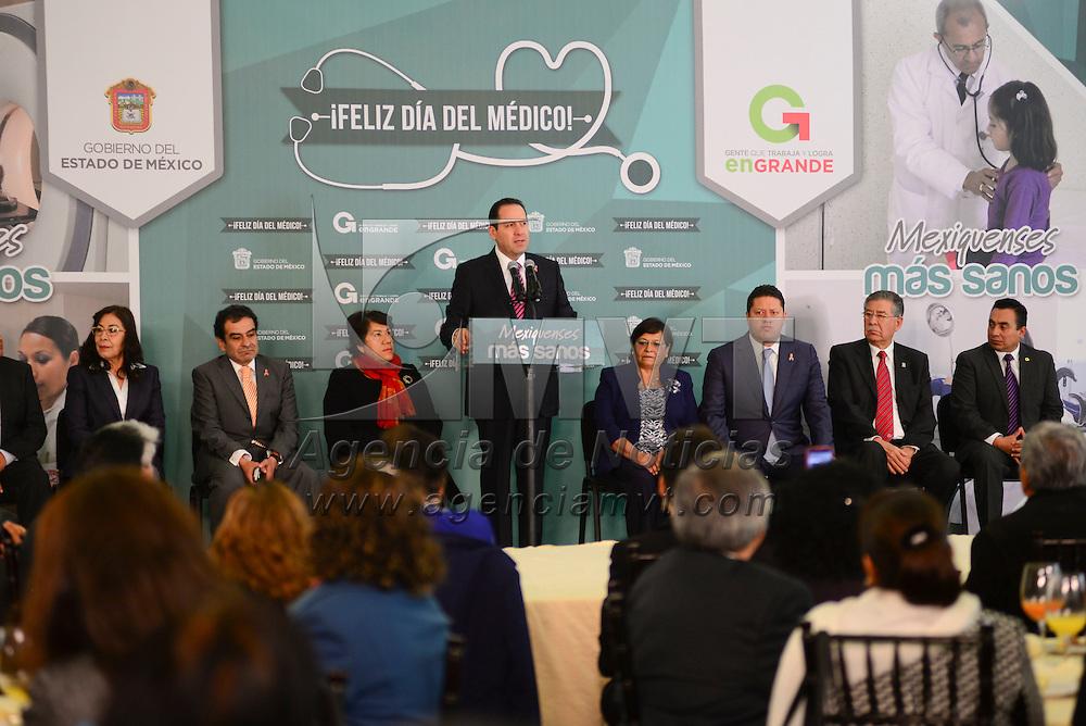 Toluca, México.- Eruviel Ávila Villegas, gobernador del Estado de México encabezó la ceremonia conmemorativa del Día del Médico, en donde reconoció la labor que realizan día a día a favor de la salud de los mexiquenses.  Agencia MVT / Crisanta Espinosa