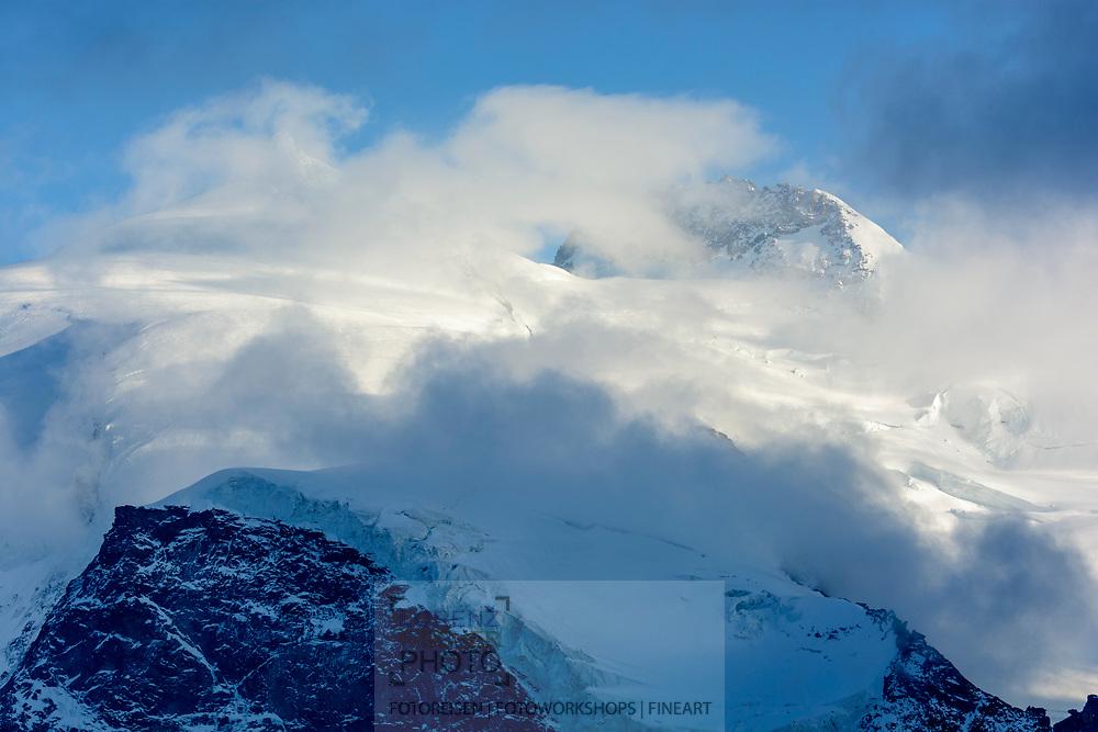 Monte Rosa mit den Gipfeln Nordend und Dufourspitze vom Stockhorn am oberen Ende des Gornergrats in Zermatt im Kanton Wallis an einem bewölkten Abend im September