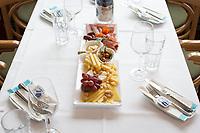 SCHWEIZ - VIERWALDSTÄTTERSEE - Apéro-Platte im 1. Klass-Salon des Dampfschiffs 'Stadt Luzern' - 13. Mai 2018 © Raphael Hünerfauth - http://huenerfauth.ch