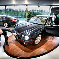 Nederland,Nieuwegein ,3 januari 2008..Klanten bekijken de nieuwste Jaguar bij Jaguar Dealer Kroymans..Tata Motors liet vorige week weten Jaguar en Landrover over te willen nemen. Customers view the latest Jaguar at Jaguar Dealer Kroymans.