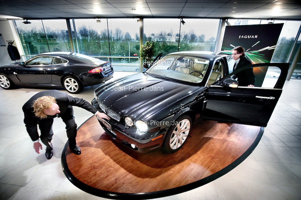 Nederland,Nieuwegein ,3 januari 2008..Klanten bekijken de nieuwste Jaguar bij Jaguar Dealer Kroymans..Tata Motors liet vorige week weten Jaguar en Landrover over te willen nemen. Customers view the latest Jaguar at Jaguar Dealer Kroymans.