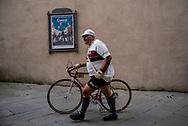 Un concorrente prima della partenza. La seconda edizione dell'Eroica a Montalcino ha visto partecipare piu' di 1400 ciclisti italiani e stranieri, vestiti con abiti d'epoca e in sella a biciclette vintage. Hanno prcorso le strade delle colline toscane percorrendo fino a 170km su strade bianche e asfaltate.  Federico Scoppa