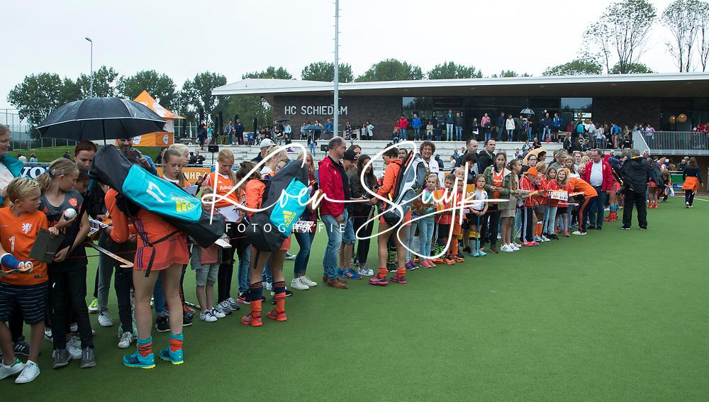 SCHIEDAM - Oranjespeelsters delen handtekeningen uit  na de oefenwedstrijd tussen  de dames van Nederland en Belgie  (0-1), in aanloop naar het  EK Hockey, eind augustus in Amstelveen. COPYRIGHT  KOEN SUYK