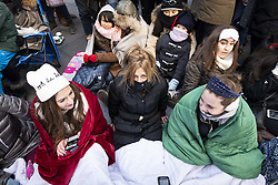 November 22, 2018 - New York, NY, U.S - Cold spectators at tThe 2018 Macy's Thanksgiving Day Parade in New York City, New York on November 22, 2018. (Credit Image: © Michael Brochstein/ZUMA Wire)