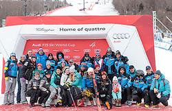 26.11.2017, Killington, USA, FIS Weltcup Ski Alpin, Killington, Slalom, Damen, Siegerehrung, im Bild Teamfoto mit Mikaela Shiffrin (USA, 1. Platz) mit ihrer Oma Pauline Condron (vorne mitte) // Teamphoto wit winner Mikaela Shiffrin of the USA and her Grandma Pauline Condron (C) during the winner Ceremony for the ladie's Slalom of FIS Ski Alpine World Cup IN Killington, United Staates on 2017/11/26. EXPA Pictures © 2017, PhotoCredit: EXPA/ Johann Groder