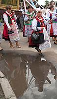 Myszyniec na Kurpiach, woj mazowieckie, 03.06.2010. N/z uroczysta procesja Bozego Ciala w kurpiowskich strojach ludowych *** Myszyniec Kurpie people dressed in regional costumes in a Corpus Christi procession in Poland *** fot Michal Kosc / AGENCJA WSCHOD