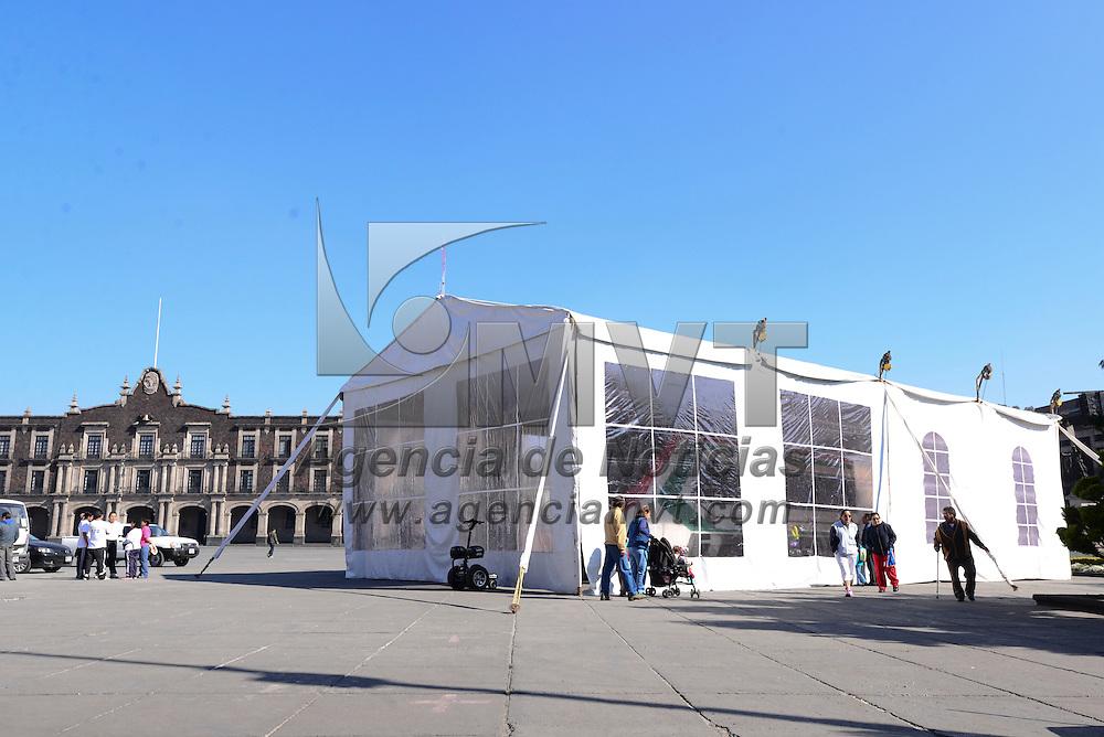 Toluca, Méx.- En la Plaza de los Mártires fue instalado un vagón de muestra del Tren Interurbano Toluca-México que se esta construyendo. Agencia MVT / Crisanta Espinosa