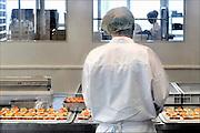 Nederland, Veghel, 29-9-2015Bij een cateringsbedrijf, cateraar, worden maaltijden voor luchtvaartmaatschappijen, ziekenhuizen, congressen, feesten en partijen klaargemaakt. Veel instellingen in de zorg, gezondheidszorg,besteden de verzorging van het eten, voedsel, uit aan cateraars.FOTO: FLIP FRANSSEN/ HH