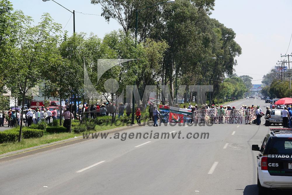 Zinacantepec, Méx.- Alrededor de 200 productores del Programa de Alta Productividad cerraron la vialidad López Mateos en ambos sentidos exigiendo el pago de sus apoyos a SAPARPA. Agencia MVT / Crisanta Espinosa