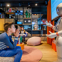Nederland, Amstelveen , 10 mei 2017.<br /> Vandaag heeft robot Ginger aan 20 kinderen van 9 tot 11 jaar les gegeven over omgaan met geld op het ING-kantoor in Amstelveen. Kinderen konden vragen stellen aan Ginger en een selfie met de robot  maken.<br /> <br /> The Netherlands, Amstelveen, May 10, 2017.<br /> Today, robot Ginger gave lessons to 20 children from 9 to 11 years to handle money at the ING bank office in Amstelveen. Children could ask Ginger and make a robot selfie.<br /> <br /> Foto: Jean-Pierre Jans