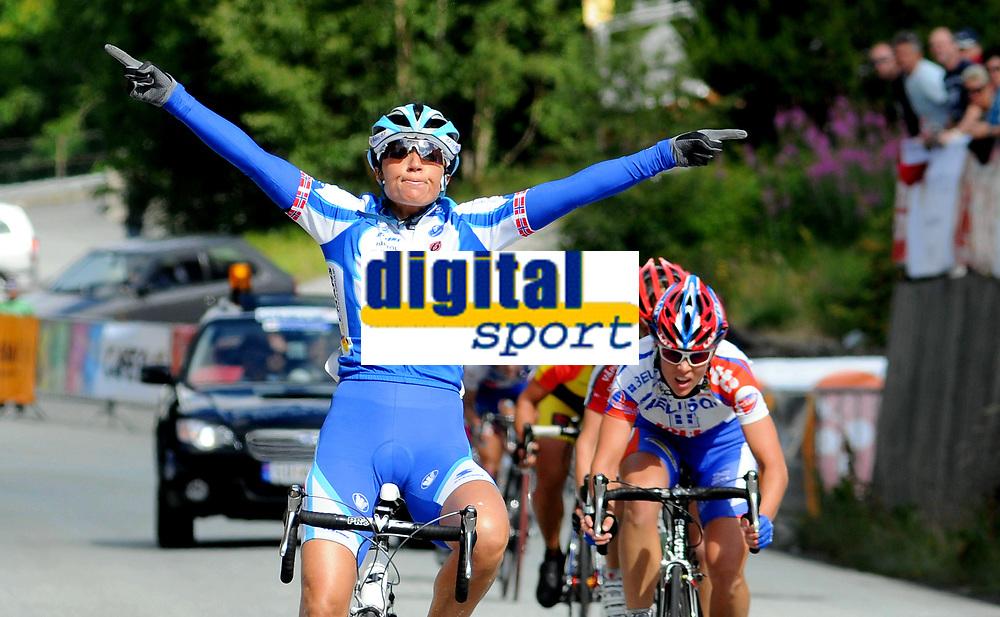 NM Sykkel Bergen<br /> 28 . Juni 2008<br /> Kvinner Senior<br /> Fellesstart 76 km<br /> Anita Valen-De Vries , Team Flexpoint / Grenland SK tok førsteplassen<br /> Foto : Astrid M. Nordhaug