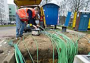 Nederland, Nijmegen, 17-3-2010Kabels worden in de grond gelegd. Een medewerker van een installatiebedrijf werkt eraan. Gat graven. elektrotechniek, elektriciteit. Foto: Flip Franssen/Hollandse Hoogte