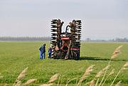 Nederland, Groningen, 4-10-2018 Een loonwerker met een tractor op het land om mest in de grond, bodem te injecteren. De injecteermachine wordt steeds gevuld vanuit een gesloten laadbak waar vrachtwagens gier in pompen. Vervolgens wordt het dus naar de tractor en op het land uitgereden . Open gieren mag niet meer vanwege de hoge ammoniak uitstoot. A farmer is riding out liquid manure. The stale is injected into the soil , ground because of the environmental rules against ammonia emission. Foto: Flip Franssen