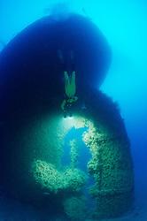 Schiffswrack Rosalie Moller (faelschlicherweise oftmals Moeller genannt) und Taucher am Schiffs Wrack bei Sciffsschraube, Shipwreck Rosalie Moller and Scuba diver on ship wreck near propeller, Rotes Meer, Ägypten, Red Sea Egypt