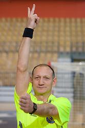 Rokometni sodnik Janko Pozeznik prikazuje sodniski znak za izkljucitev (2 minuti), 10. aprila 2009, v dvorani Zlatorog, Celje, Slovenija. (Photo by Vid Ponikvar / Sportida)