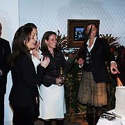NLD/Apeldoorn/20051216 - Prinses Margriet en schoondochters bezoeken tentoonstelling Bruiden van Het Loo, Marilene van den Broek, Anita van Eijk, Annet Sekreve, Aimee Söhngen aansnijden taart