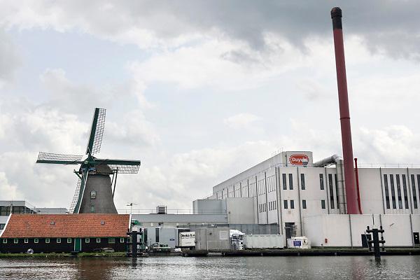 Nederland, the Netherlands, Zaandam, 28-8-2018Langs de Zaan staat traditioneel veel levensmiddelenindustrie . Hier wordt plantaardige olie gemaakt, cacao verwerkt bij Olam deZaan, en lassie rijst en duyvis zijn hier ook gevestigd .Foto: Flip Franssen