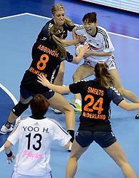 08-12-2013 HANDBAL: WERELD KAMPIOENSCHAP ZUID KOREA - NEDERLAND: BELGRADO <br /> 21st Women s Handball World Championship Belgrade. Nederland verliest de tweede partij van het WK met 29-26 van Korea / (L-R) Lois Abbingh, Nycke Groot, WOO Sun Hee <br /> ©2013-WWW.FOTOHOOGENDOORN.NL