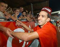 Hicham El Guerrouj (MAR) laesst sich nach seinem Sieg ueber 1500m vom Publikum feiern. Andy Mueller/EQ Images