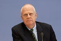 """13 MAY 2004, BERLIN/GERMANY:<br /> Prof. Meinhard Miegel, Buergerkonvent und Leiter des Instituts fuer Wirtschaft und Gesellschaft Bonn e.V., IWG Bonn, packt seine Aktentasche aus, vor Beginn der Pressekonferenz """"Fuer ein besseres Deutschland"""" - eine Aktionsgemeinschaft von 10 Reforminitiativen mit Forderungen an die Politik, Bundespressekonferenz<br /> IMAGE: 20040513-01-014<br /> KEYWORDS: Bürgerkonvent"""