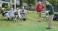 Marlof Strumphler geeft 1 keer week de bewoners van Bejaardentehuis Oldenhove in Overveen golfles. De oudste deelnemer is de heer P. Hagemeijer (93) Ooit lid van de Kennemer GC geweest en speelde hcp 13. Foto Koen Suyk