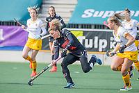 AMSTELVEEN - Maria Verschoor (Adam) met Joosje Burg (DenBosch) )  tijdens  de hoofdklasse hockey competitiewedstrijd dames, Amsterdam-Den Bosch (0-1)  COPYRIGHT KOEN SUYK