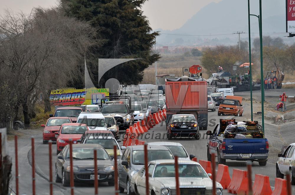 MEXICALTZINGO, Mexico.- Caos vial en la carretera Toluca Tenango del Valle, debido a las obras de repavimentación de esta vialidad en el tramo de Mexicaltzingo, y donde los conductores tardan más de una hora en cruzar. Agencia MVT. José Hernández.  (DIGITAL)