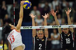 09.10.2010, Halle Berg Fidel, Muenster, GER, Vorbereitung Volleyball WM Frauen 2010, Laenderspiel Deutschland ( GER ) vs. Tuerkei ( TUR ), im Bild Neriman Oezsoy (#13 TUR) - Kathleen Weiss (#2 GER), Nadja Schaus (#18 GER). EXPA Pictures © 2010, PhotoCredit: EXPA/ nph/   Conny Kurth+++++ ATTENTION - OUT OF GER +++++