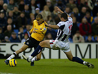 Fotball<br /> Premier League England 2004/2005<br /> Foto: BPI/Digitalsport<br /> NORWAY ONLY<br /> <br /> 03.01.2005<br /> <br /> West Bromwich Albion v Newcastle United<br /> <br /> Kieron Dyer evades the tackle from Neil Clement