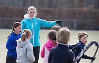 VELP - Jolien Abas geeft Hockey clinic van GoGrip op de velden van de Arnhemse Hockey Club. COPYRIGHT KOEN SUYK