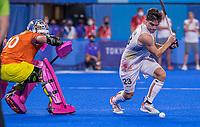 TOKIO - Arthur de Sloover (Bel) met keeper Andrew Charter (Aus)  tijdens de shoot outs na de hockey finale mannen, Australie-Belgie (1-1), België wint shoot outs en is Olympisch Kampioen,  in het Oi HockeyStadion,   tijdens de Olympische Spelen van Tokio 2020. COPYRIGHT KOEN SUYK