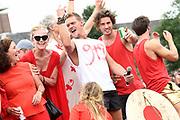 De jaarlijkse Canal Parade is onderdeel van de Amsterdam Gay Pride. Tijdens dit evenement vieren lesbiennes, homos, biseksuelen en transgenders (LHBT) dat ze mogen zijn wie ze zijn en mogen houden van wie ze willen. <br /> <br /> The annual Canal Parade is part of the Amsterdam Gay Pride. During this event lesbians, homosexuals, bisexuals and transgenders (LGBT) celebrate that they can be who they are and are allowed to love who they want.<br /> <br /> Op de foto / On the photo:  Ferry Doedens , Jette van der Meij , dorian bindels