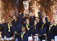 Håndball Weltmeister Frankreich, Alexandra Lacrabere mit Pokal<br /> Hamburg, 17.12.2017, Handball, IHF Frauen-WM 2017 in Deutschland, Finale, Frankreich - Norwegen 23:21<br /> Frankrike - Norge<br /> Norway only