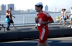 15-04-2007 ATLETIEK: FORTIS MARATHON: ROTTERDAM<br /> In Rotterdam werd zondag de 27e editie van de Marathon gehouden. De marathon werd rond de klok van 2 stilgelegd wegens de hitte en het grote aantal uitvallers / Lopers op de Erasmusbrug gingen bij de start nog vrolijk overheen. Op de terugweg ging het allemaal wat moeilijker<br /> ©2007-WWW.FOTOHOOGENDOORN.NL