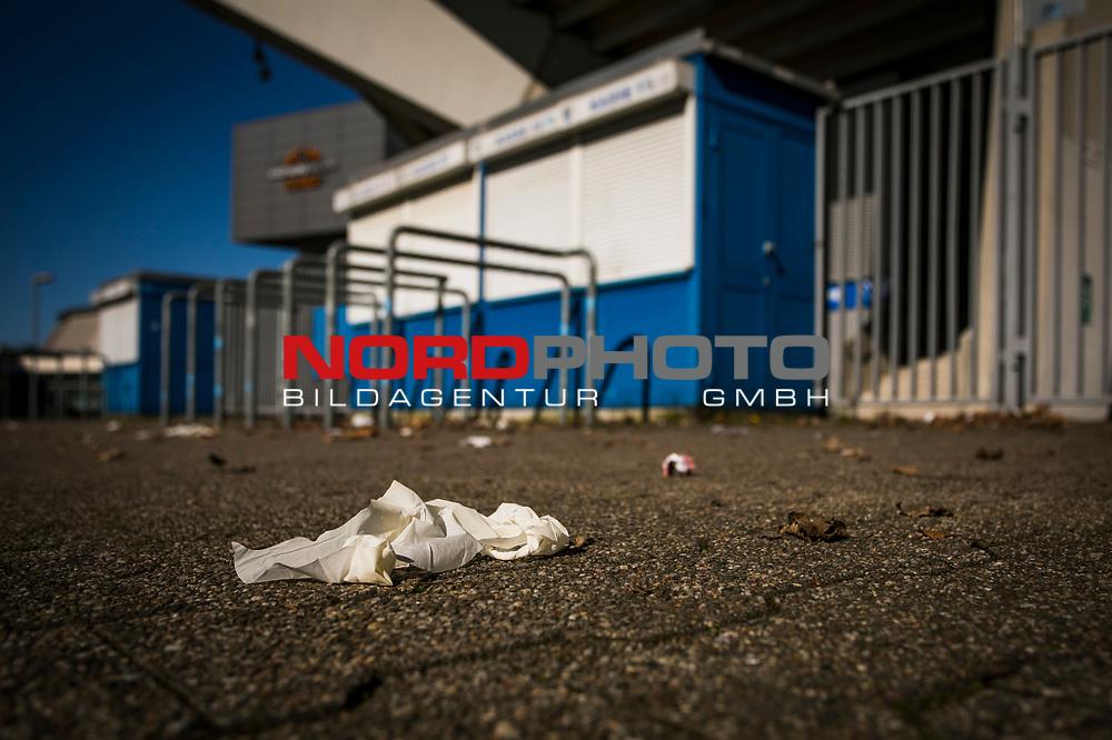 22.03.2020, Vonovia Ruhrstadion , Bochum<br /> <br /> im Bild | picture shows:<br /> <br /> Rund um das Bochumer Vonovia Ruhrstadion, wie vor den Kassenhaeusern, herrscht komplette Leere. Ein verwaister Desinfektionshandschuh liegt vor den Kassenhaeusern. <br /> <br /> Foto © nordphoto / Rauch