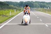 Jan Bos wordt begeleid tijdens de start. Het Human Powered Team Delft en Amsterdam presenteert de VeloX2, de fiets waarmee ze het wereldrecord willen verbreken dat nu op 133 km/h staat. Jan Bos, een van de rijders die het record gaat proberen te verbreken, gaat de strijd aan met zijn broer Theo Bos op de gewone racefiets. Jan wint uiteindelijk glansrijk en haalt 77,2 km/h.<br /> <br /> Jan Bos is supported at the start. Human Powered Team Delft and Amsterdam presents the VeloX2, the bike which they will attempt to set a new world record with. Jan Bos, on of the two cyclists who will try to ride faster than 133 km/h, is racing at the presentation against his brother Theo Bos, a former world champion and cyclist for the Rabobank Racing Team. Jan will defeat Theo, with a maximum speed of 77,2 km/h.