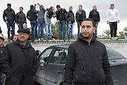 impressionant hommage du peuple Tunisien à Chokri Belaid au cimentiere Jallez, bravant le gaz lacrimogène, plus de 40.000 personnes lui rendent un hommage ce 8 fevrier 2013 et manifestent au même moment contre la violence politique en Tunisie et contre Ennar