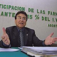 Toluca, Méx.- Alfredo Urbano  Flores presidente de la asociación de Farmaceúticos del estado  advirtió la posibilidad de que se cierre casi el 60 por ciento de las farmacias  de la entidad ante la aprobaciòn de la reforma fiscal. Agencia MVT/ Mario B. Arciniega