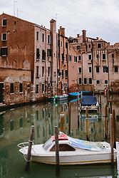 THEMENBILD - Kanalansicht mit venezianischen Häusern und Booten, aufgenommen am 06. Oktober 2019 in Venedig, Italien // Canal view with Venetian houses and boats in Venice, Italy on 2019/10/06. EXPA Pictures © 2019, PhotoCredit: EXPA/ JFK